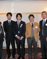 会計士合格者、高橋(商)教授を囲んで、蛭川会員(左)、木田副会長