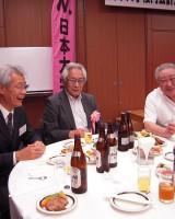 左より坂上会長、大塚総長、田中理事長・校友会長